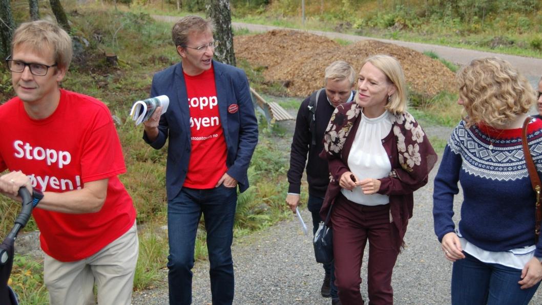 SE DET SELV: Representanter fra Stopp Støyen, politiker Anniken Huitfeldt og Skis ordfører Tuva Moflag er på vei til området hvor beredskapssenteret skal bygges.
