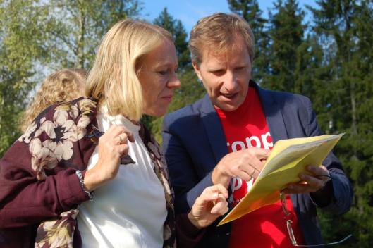 FORKLARER: Yngve Seierstad Stokke fra Stopp Støyen forklarer Anniken Huitfeldt hvor senteret skal ligge.