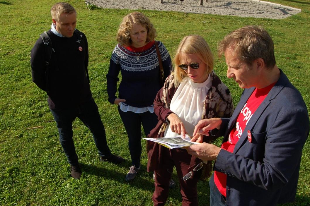 FORKLARTE: Ordfører Tuva Moflag (andre fra venstre), Anniken Huitfeldt, og Yngve Seierstad Stokke ser på plantegningene til beredskapssenteret.