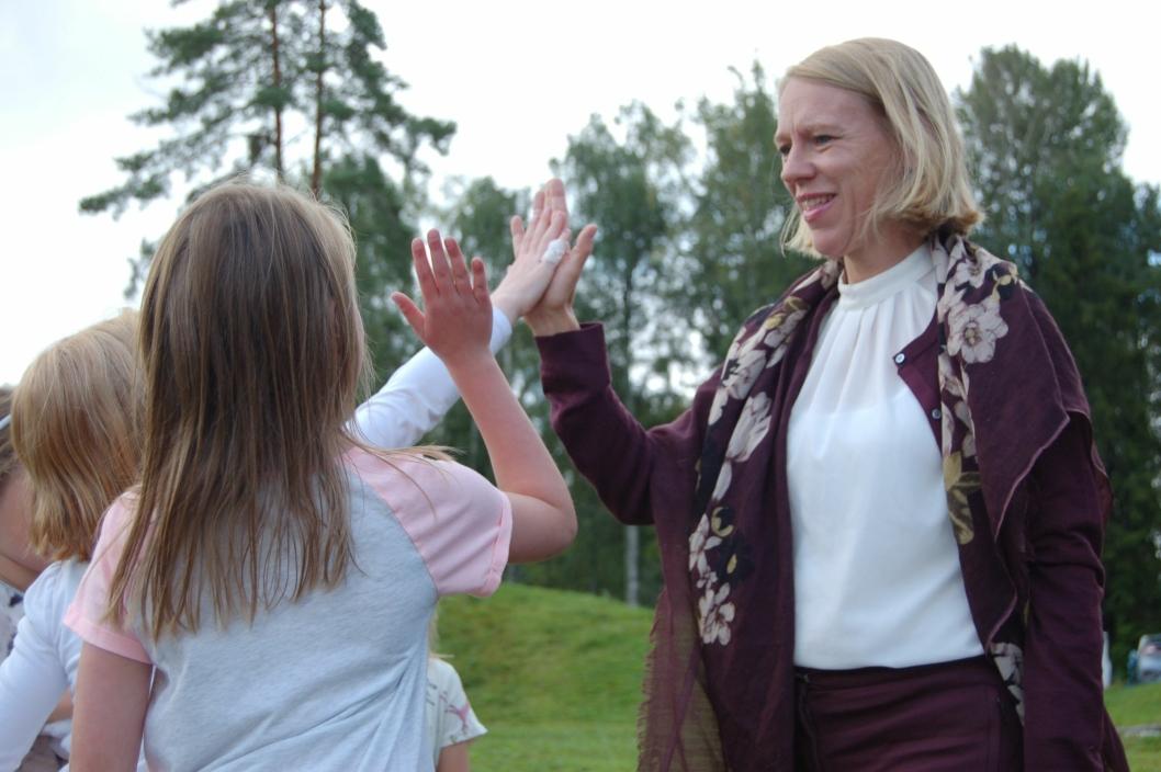 HIGH FIVE: – Det er viktig å lytte til dere også, sier Huitfeldt, og gir dem en high five.