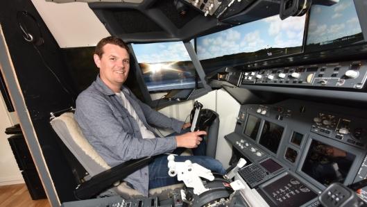 FRA SOFIEMYR TIL HELE VERDEN: Ready for take-off: Geir Teigo inne i sin egenlagde Boeing 737-800 cockpit på Sofiemyr i Oppegård.