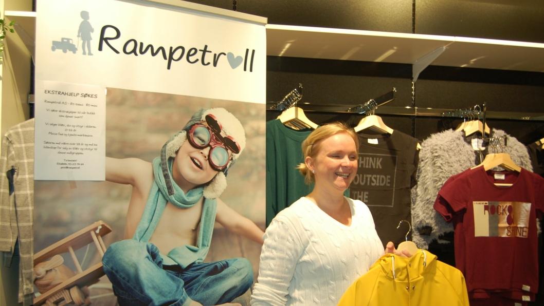 RAMPETE: Snart åpner Elisabeth Nygård barne- og ungdomsbutikken Rampetroll på Kolbotn Torg. Her holder hun en regnjakke fra norske Kattnakken.