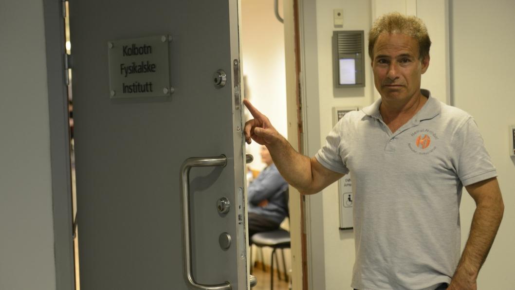 BRUKTE BREKKJERN: Tyvene brukte brekkjern for å å komme seg gjennom de to låsene på Kolbotn Fyskialske Institutt, forteller manuellterapeut Nemat Arabibaf.