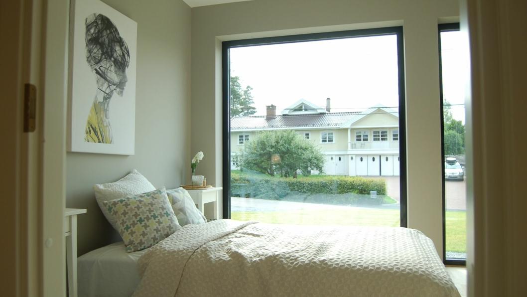 SNAKK OM INNSYN: Soverommet har et stort vindu som vender rett ut mot gaten. Kanskje det faller i smak hos noen? – En løsning er å plante en hekk, ha på vindusfilm, eller henge opp lameller, sier megler Tim Røssel.