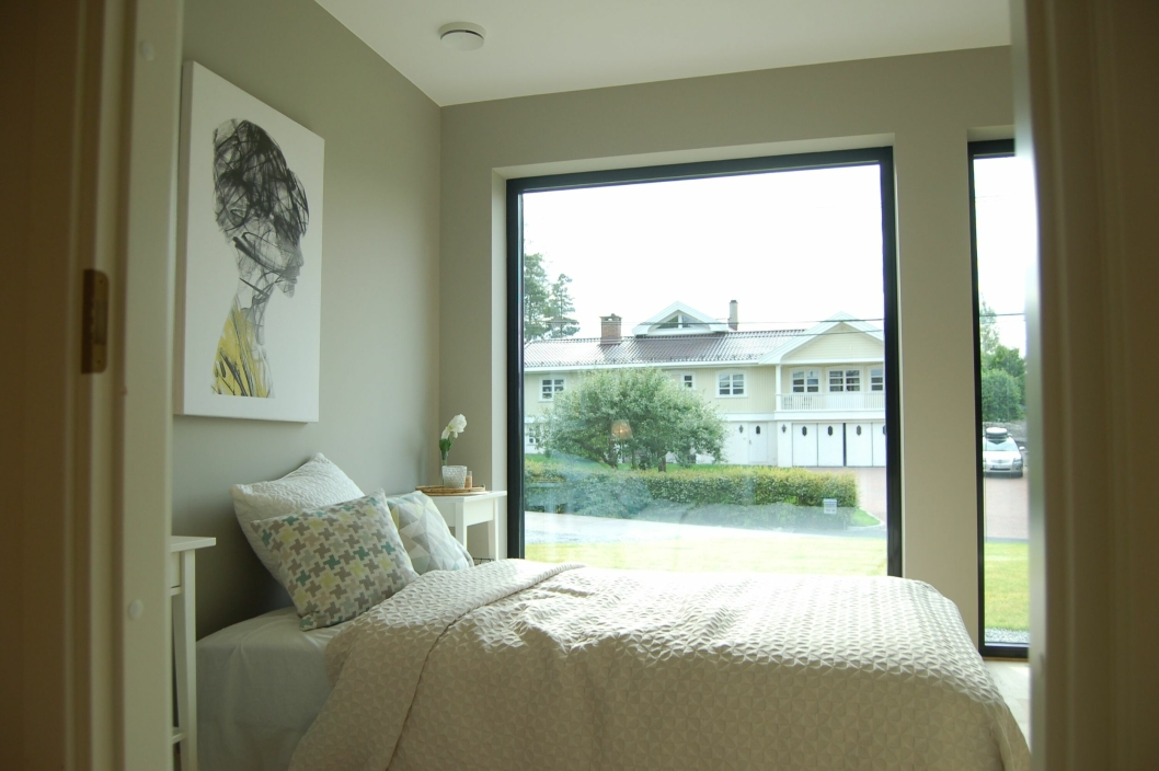 SNAKK OM INNSYN: Soverommet har et stort vindu som vender rett ut mot gaten. Kanskje det faller i smak hos noen? – En løsning er å plante en hekk, ha på vindusfilm, eller henge opp lameller, sier Røssel.