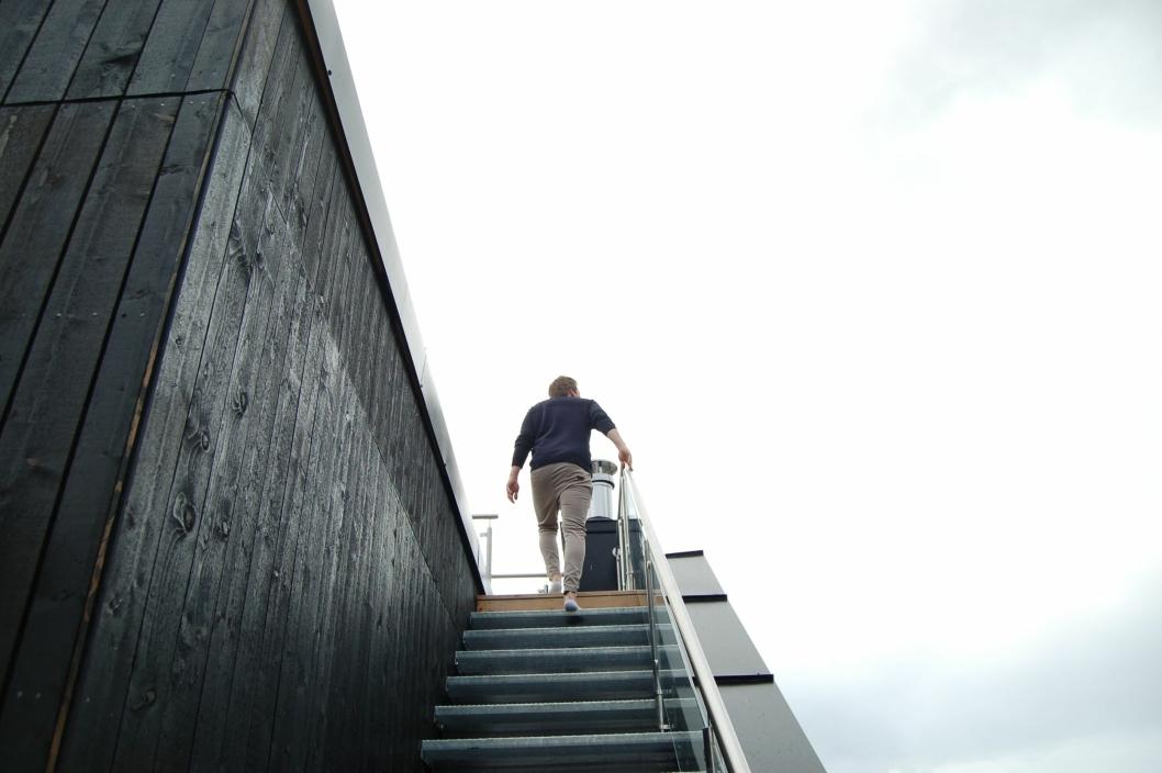 STAIRWAY TO HEAVEN: Røssel er på vei opp trappen til takterrassen.
