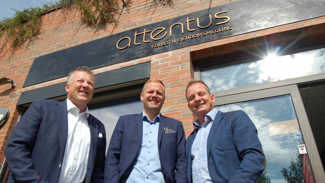 SER LYST PÅ FREMTIDEN: Per Edmund Mordt, Kjell Ove Loeshagen og Bent Norderhaug har sammen åpnet nytt Attentus-kontor på Kolbotn, og ser lyst på fremtidens eiendomsmarked.