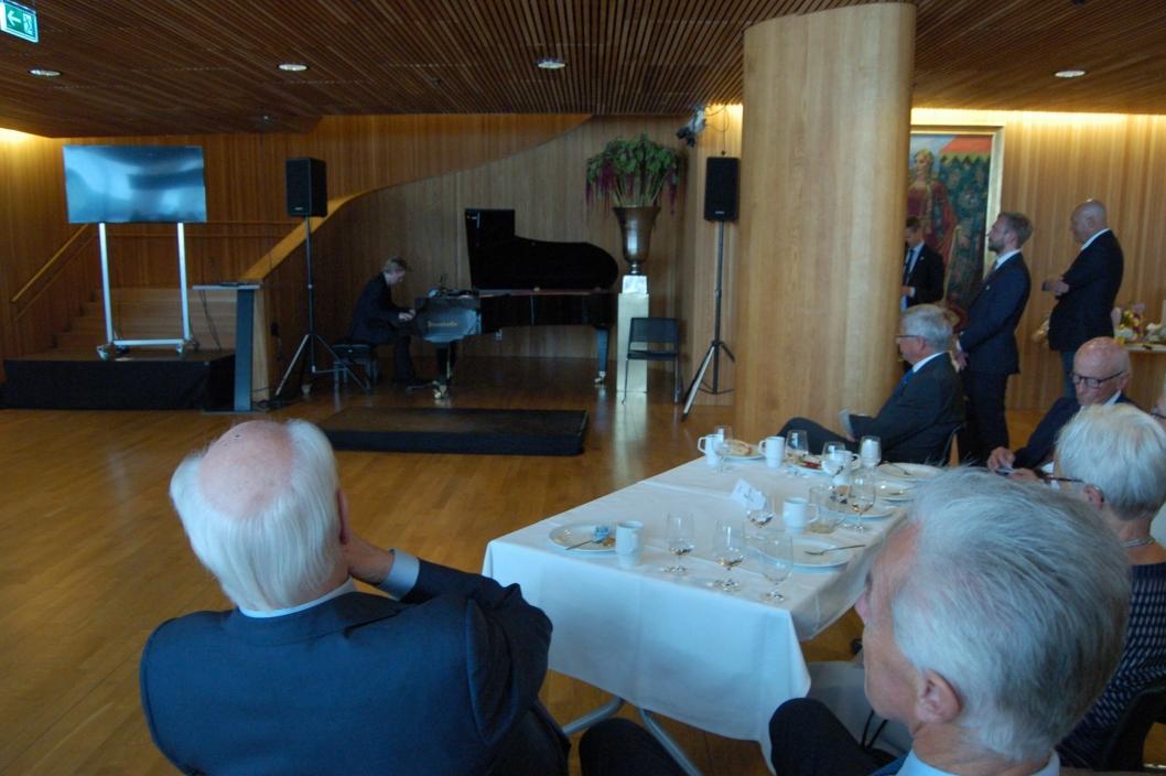 """SPILTE FOR """"ELITEN"""": Det var flere av landets mest kjente politikere blant publikum, blant andre Kåre Willoch og Thorvald Stoltenberg."""