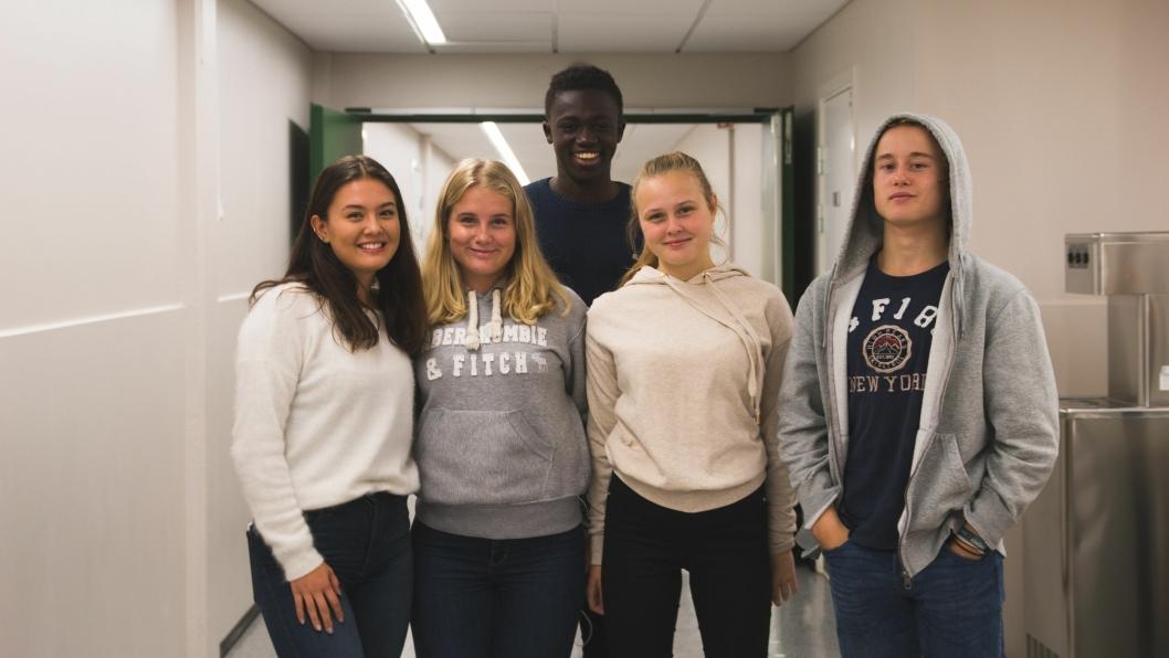 KOSTE SEG PÅ VALGDAGEN: Sofia Elvebråten (f.v.), Fida Akselsen, Momodou Njie, Hedda Sveggen, William Gamborg, etter at de avga sine stemmer.
