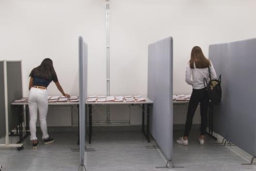MANGE ALTERNATIVER: I båsene lå det stemmeselder for de ulike partiene. Det partiet som eleven valgte ble brettet sammen og lagt i valgurnen..