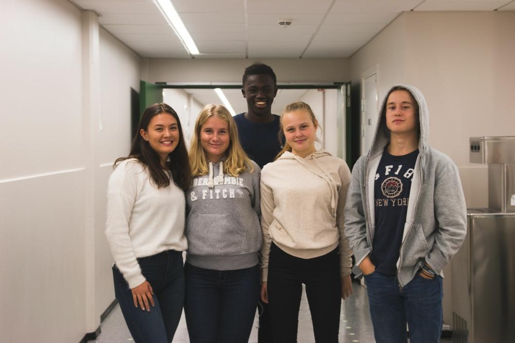 KOSTE SEG PÅ VALGDAGEN: Sofia Elvebråten (f.v.), Fida Akselsen, Momodou Njie, Hedda Sveggen, William Gamborg, etter at de avga sine stemmer..