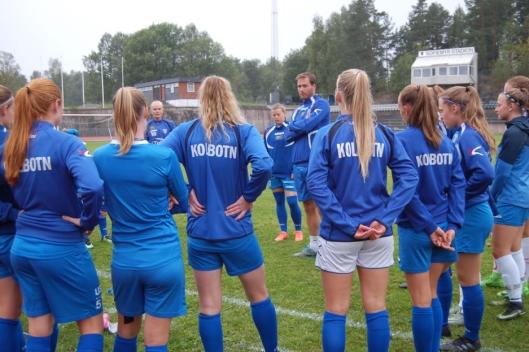 KAMPKLARE DAMER: Kolbotn-damene og trener Knut Slatleim legger slu planer foran møtet på den nye stadion til Vålerenga. De har fått i oppdrag å «åpne banen», og har ikke tenkt å la seiersmulighetene gå fra seg!.