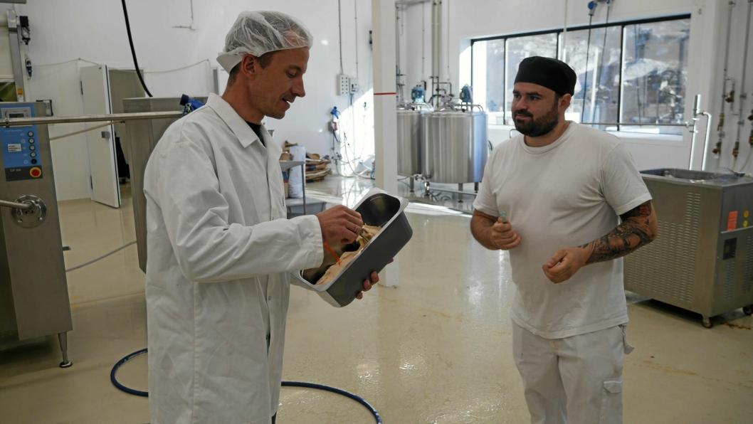 HANDS ON: Roar Langli har passion for is. Her tester han ut en ny smak som ble vurdert for markedet..