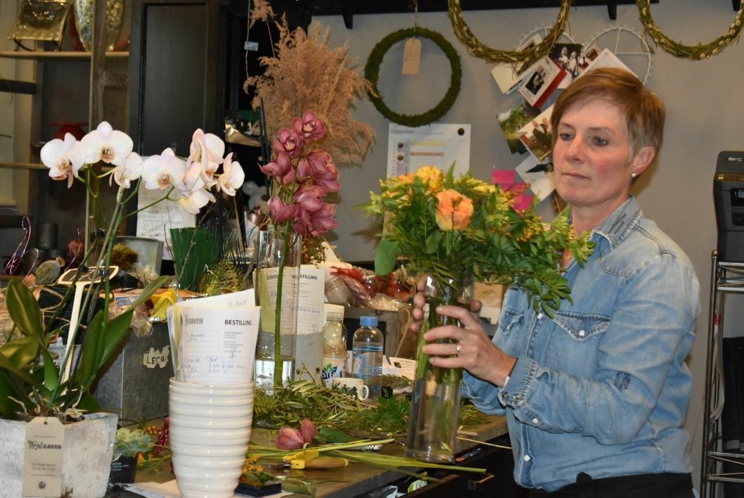 BLOMSTRER FRYDER: Elin Rustd er akkurat ferdig med sin siste blomsterdekorasjon, og tester hvilke vaser som passer.
