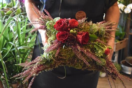 EN PUTE AV MOSE: Denne vakre blomsterdekorasjonen er til en begravelse.