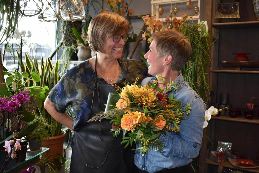 BLOMSTRER AV GLEDE: De to energiske damene bak Fruene Fryd både smiler og ler når Oppegård Avis er på besøk!