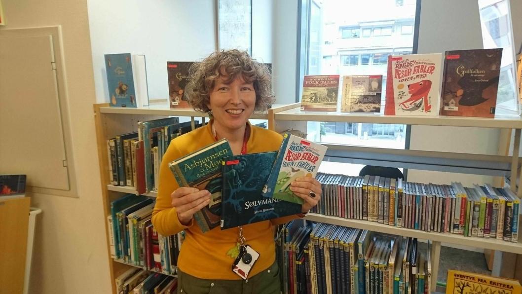 KLAR FOR EVENTYR: Bibliotekar Hilde Sjølset gleder seg til å lese eventyr i bibliotekets eventyrlige fortellerstund under Eventyrfestivalen.