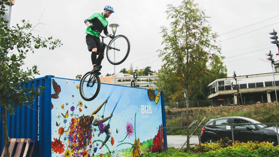 GRISEFETT: Erik Solbakken briefet med sykkelkunster under BUAs bursdag.