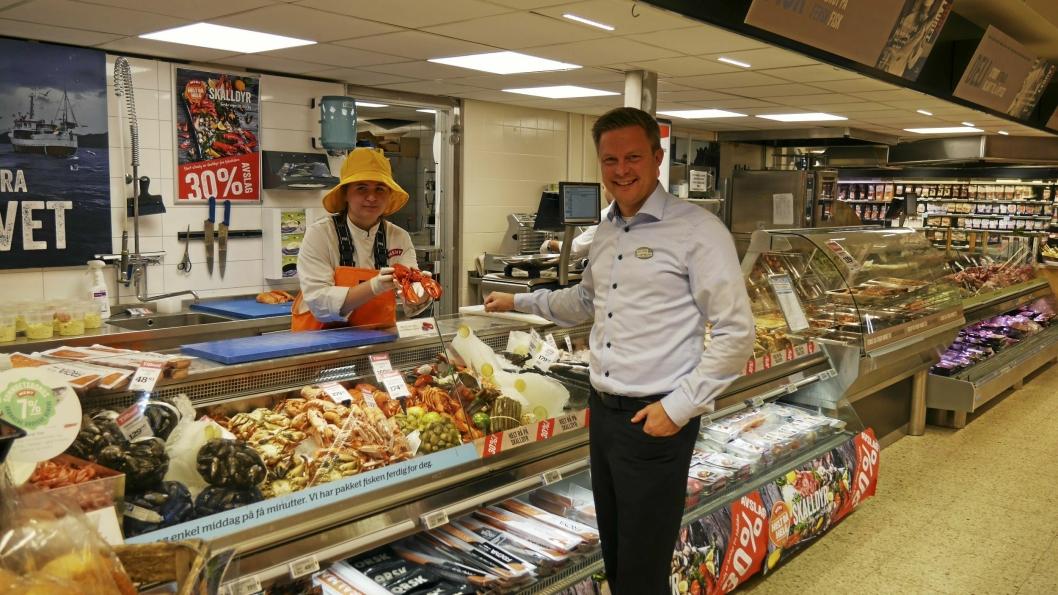 STÅR PÅ: Kjøpmann Øyvind Øvsthus og hans ansatte står på, selv om utbyggingen på Greverud krever sitt av butikken.