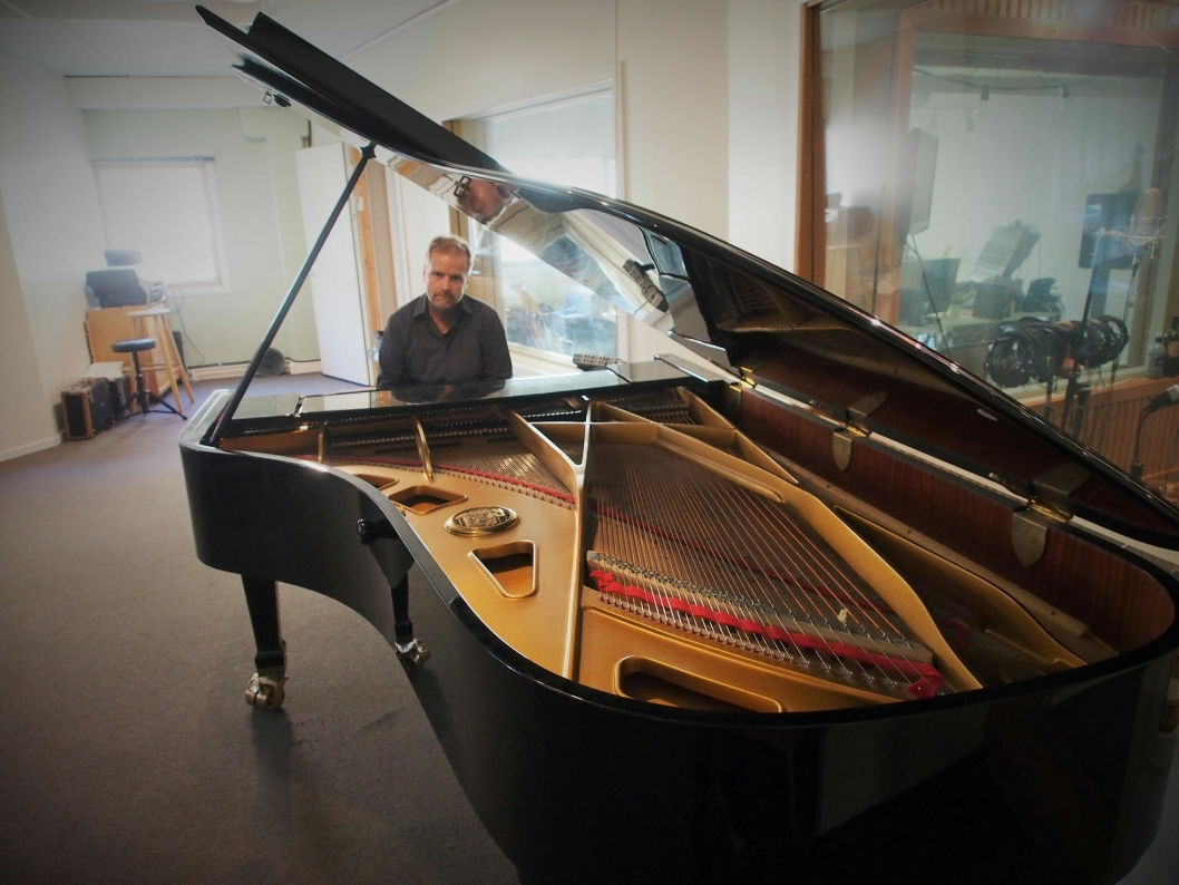 KLAR FOR Å SPILLE: Her, på dette Petrof-flygelet i studio på Sofiemyr, komponerer Cegard Schow sine mesterverk. Nå er han klar med ny musikk og release-konsert hjemme på Sofiemyr.