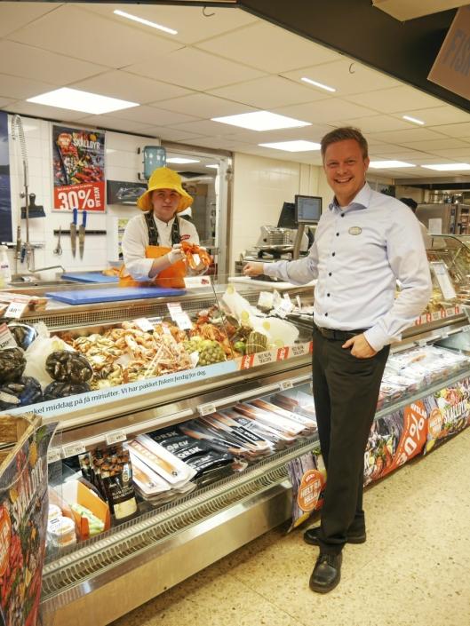 STÅR PÅ: Kjøpmann Øyvind Øvsthus står på, selv om utbyggingen på Greverud krever sitt av butikken.