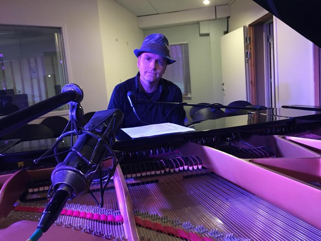 LIVE IN CONCERT: Vegard Schow gir deg ny musikk på oavis.no - live fra studio på Sofiemyr!