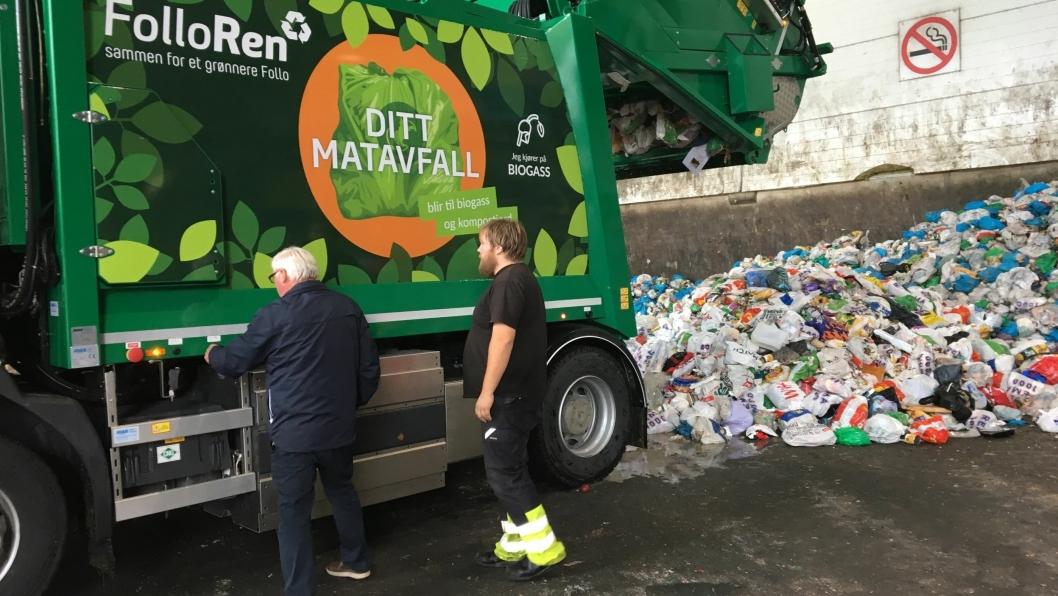 FØRSTE BIL: Den første biogass-bilen med grønne poser og annet avfall har funnet veien til ROAF på Romerike.