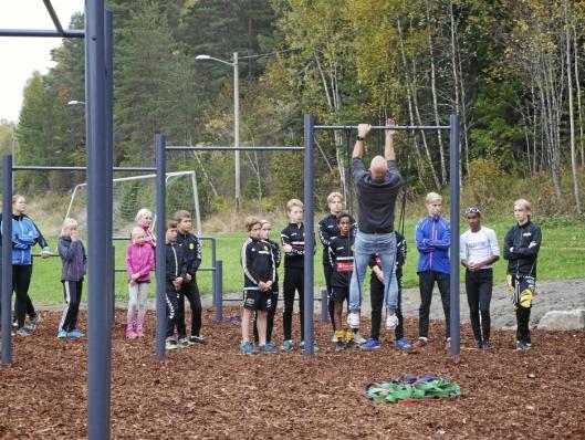 DEMONSTRERTE: Lasse Tufte viste de fremmøtte hvordan de skal bruke Tufteparken under åpningen av parken på Østre Greverud.