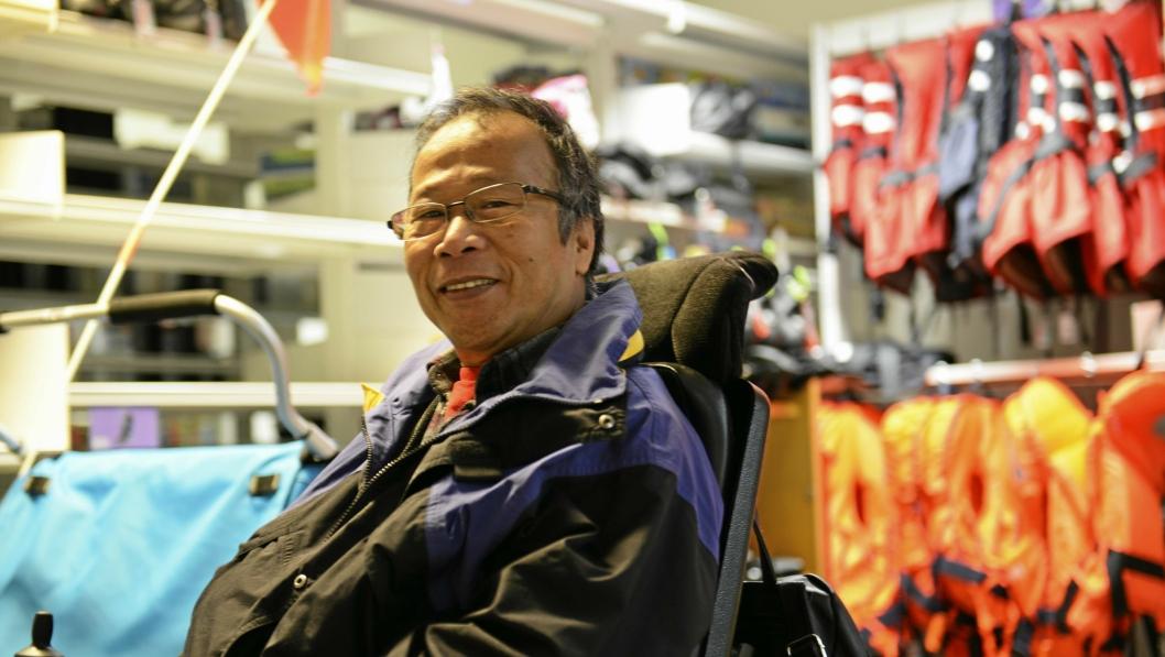 FORNØYD: Initiativtaker til BUA, Khanh Thanh Nguyen, er glad og stolt over suksessen som BUA har blitt. I bakgrunnen ser du noe av utstyret som han og Framtiden I Våre Hender og biblioteket har tilgjengeliggjort for folk flest, og det er ikke rent lite! Her kan du låne alt fra kano til turutstyr, snowboard, ski, brettspill, sykler og mer til, og det beste er at alt er helt gratis!