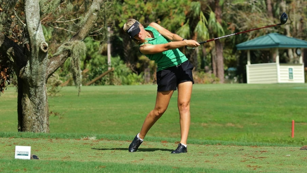 I SVING: Michelle Forsland fra Sofiemyr gjør det skarpt på golf-college i USA, og vant denne uken sin første turnering.