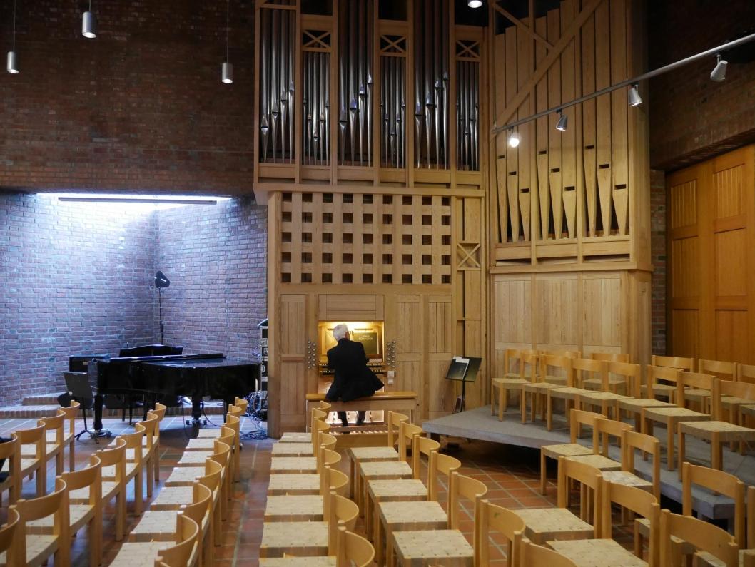 LITT AV ET INSTRUMENT: Bernt Nordset, slik vi kjenner ham, bak tangentene på det mildt sagt imponerende instrumentet i Sofiemyr kirke.
