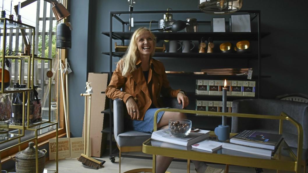 EN DRØM I OPPFYLLELSE: – Dette er noe jeg alltid har hatt lyst til, sier Marina Iren Tunstad, og åpner døren til sin helt egen, rykende ferske, gave- og interiørbutikk. Rett under sin egen stue!