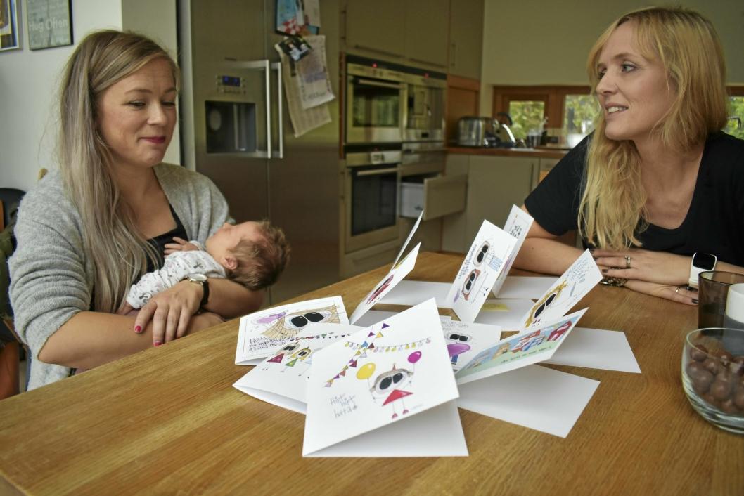 KOS OG INTERIØR: Marina Iren Tunstad i Vestenga 14B får hjelp av niesen Lisa Fjærvollsand Lie, som bidrar med egenproduserte kort til butikken.