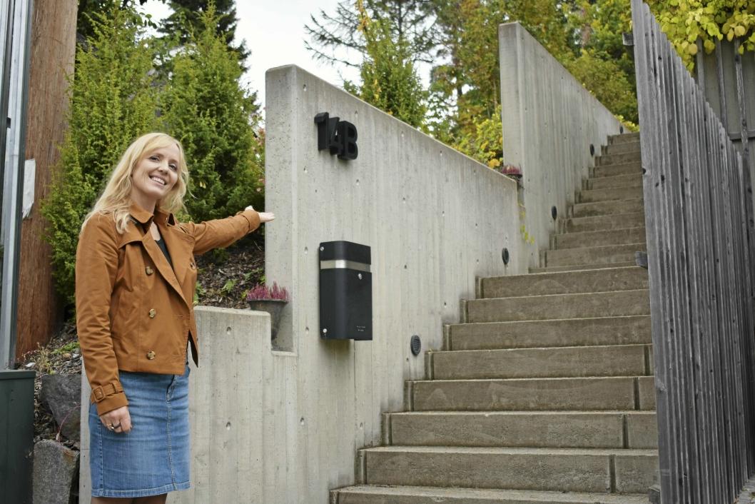 HER ER DET: Opp en trapp og inn en dør, der finner du det gledes! Velkommen inn!