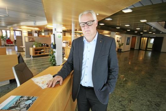 FORESLÅR MIDLERTIDIGE TILTAK: – Det fortsatt usikkert når den nye broen over jernbanen vil bli bygget, sier rådmann Lars Henrik Bøhler.