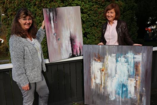 UTSTILLINGSKLARE: Anita Stadheim og Hilde Vaadal er klare for å vise frem sine flotte bilder til folket på Myrvol Vel.