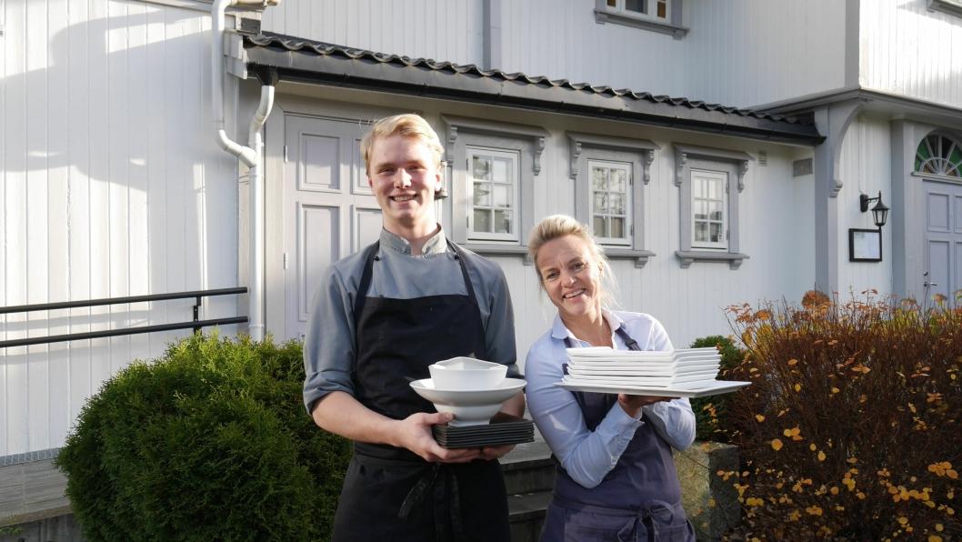 GLEDFER SEG: Aleksandrs Gadlauskus og Helene Jahren (t.h) ved Gamle Tårnhuset Restaurant er klar for å hoste auksjon med kvalitetsutstyr for en god sak lørdag!