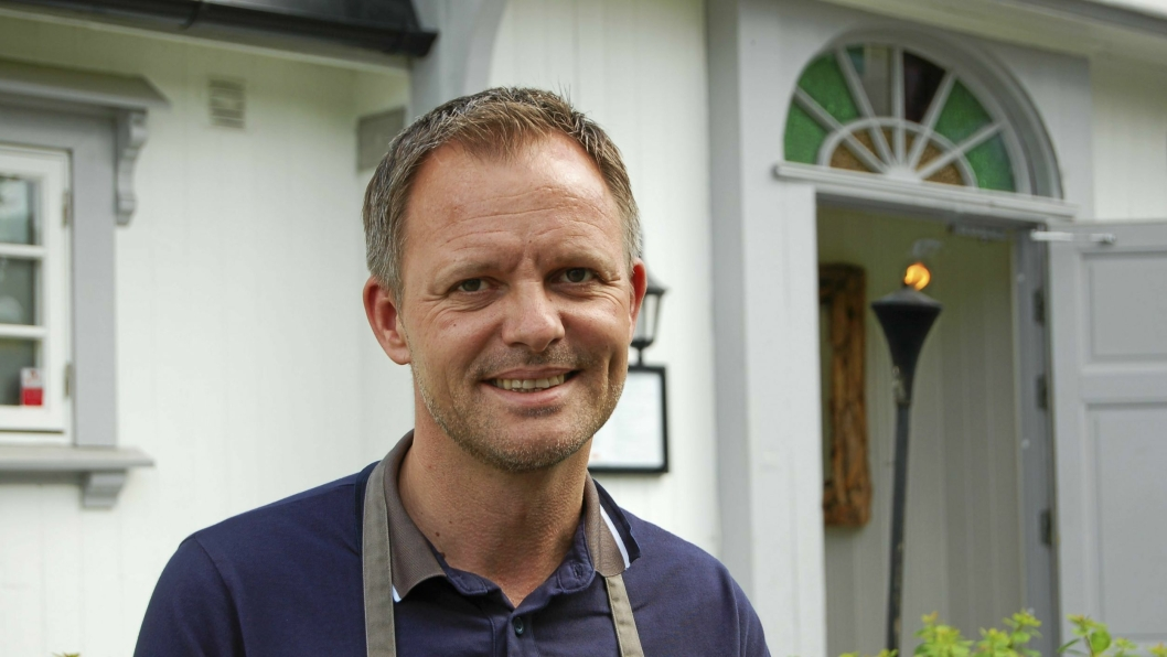 BIDRO TIL EN GOD SAK: Vebjørn Aarflot, daglig leder ved Gamle Tårnhus Restaurant og hans ansatte, solgte utstyr til inntekt for en god, lokal sak i helgen. Det satte folk pris på!