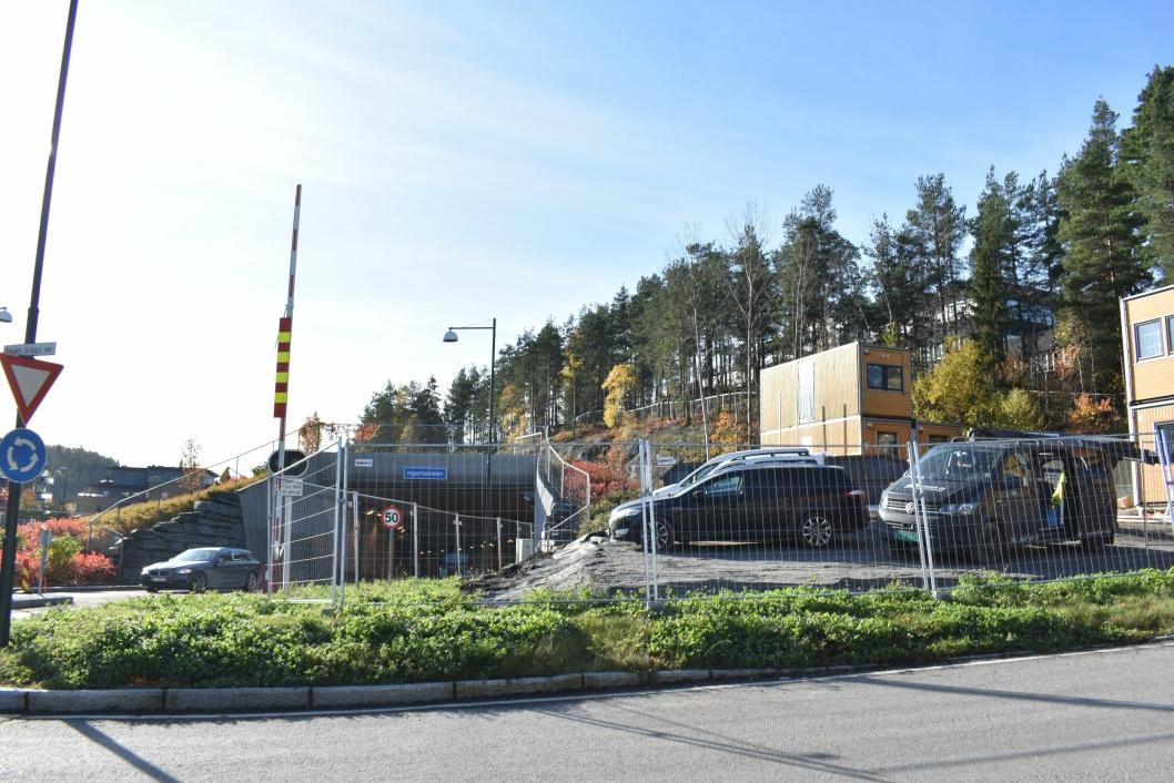 HER KOMMER DE: Her, ved rundkjøringen i Kolbotn, hvor du til høyre tar opp til Ingieråsen skole, kommer de nye boligene. De skal bygges oppå tunneltaket.