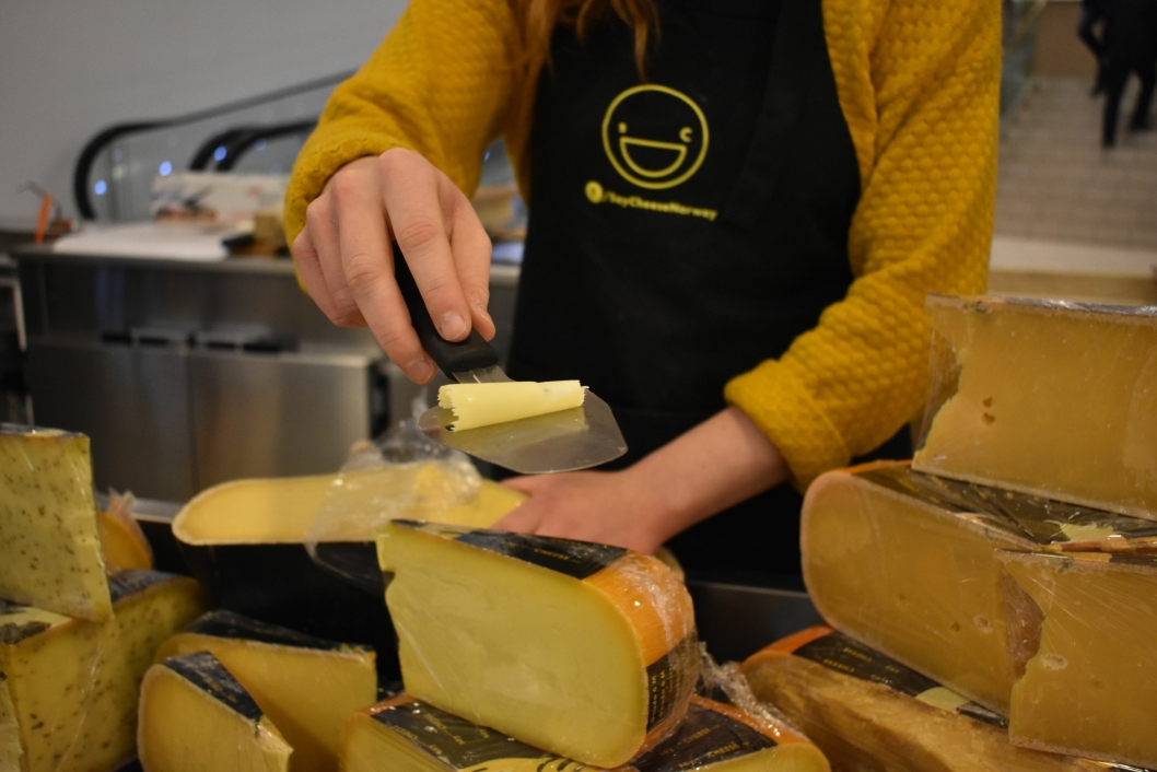 TA EN BIT: Hos Say Cheese gir Fride deg smaksprøver hvis du vil!
