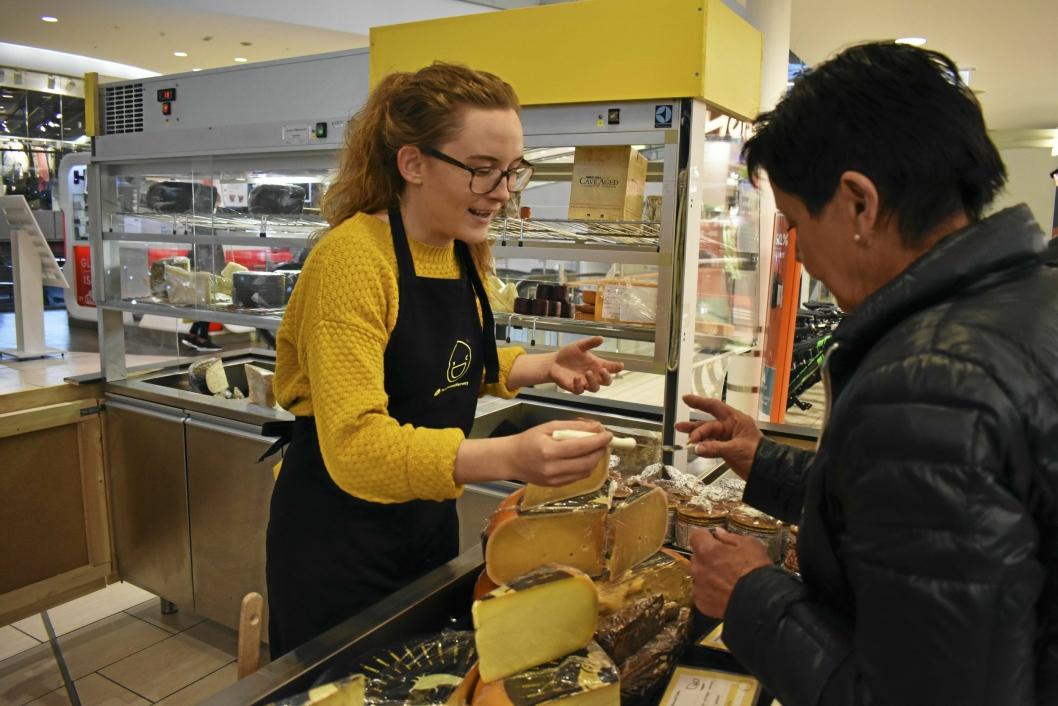 SISTE BUTIKK INN: Say Cheese har vært en knallsuksess, og er den sist etablerte butikken på torget. Her står Fride Hovde Hoff (26) fra Greverud og selger kvalitetsoster til forbipasserende på Kolbotn Torg.