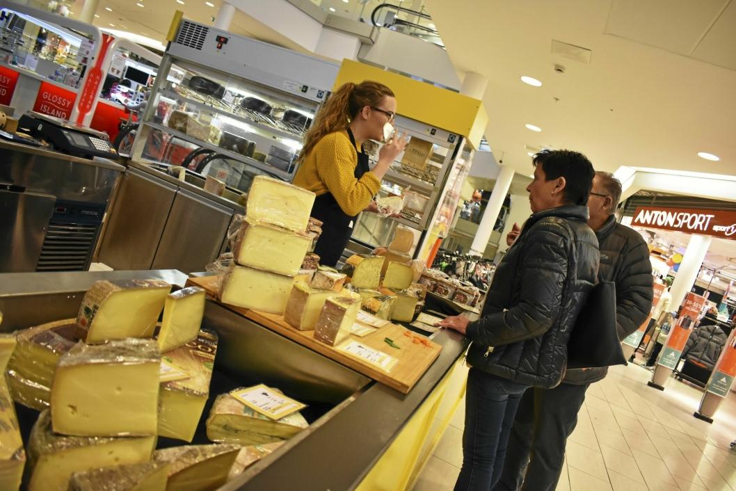 MYSER ETTER KUNDER: Hovde Hoff forklarer forbipasserende om de forskjellige ostene.