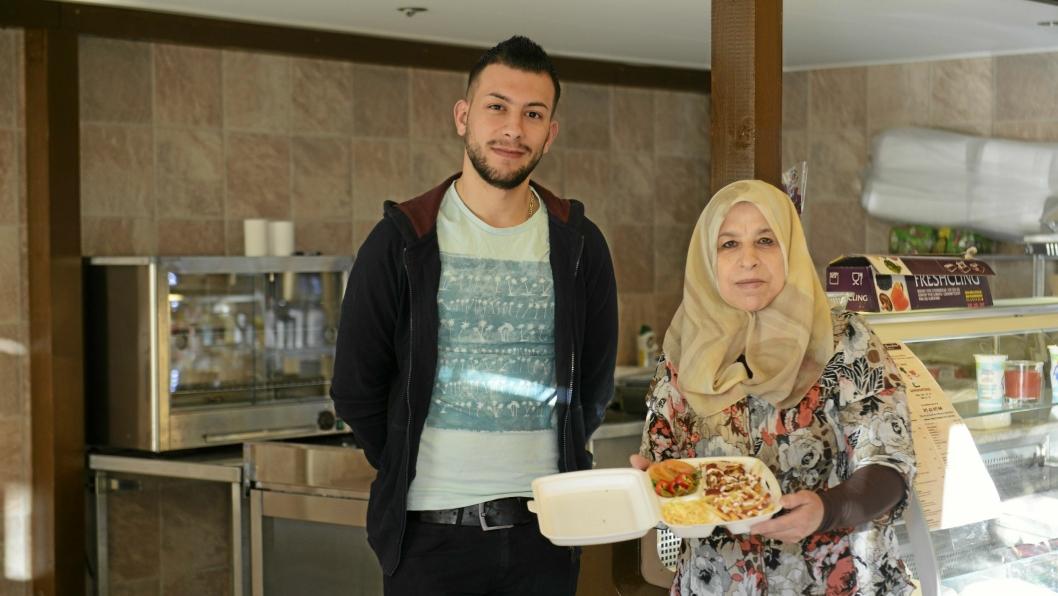 HJEMMELAGET: Ali Habash og bestemoren Amal Hamza tilbyr take-away mat fra Midtøsten i den nyåpnede butikken på Prinsdal Torg.