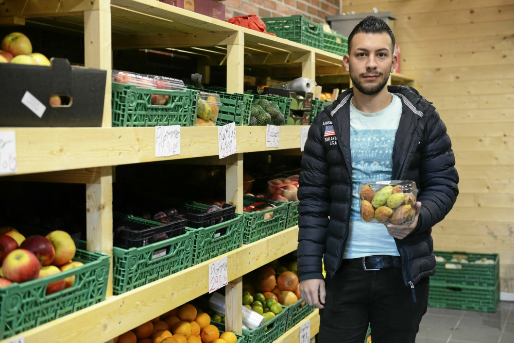 EKSOTISK FRUKT: Ali Habash (20) har i tillegg til de vanligste frukt- og grøntsortene, også noen mer eksotiske varer, som fiken.