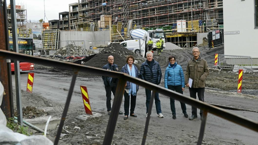 – FENGSLET I EGET HJEM: Beboerne i Ormerudveien 6, Jan-Elling Skaugerum, Anne Røren Andreassen, Bjørn Hamdahl, Elisabeth Skaugerum og Per Ingvoldstad, føler seg fanget av byggearbeidene.