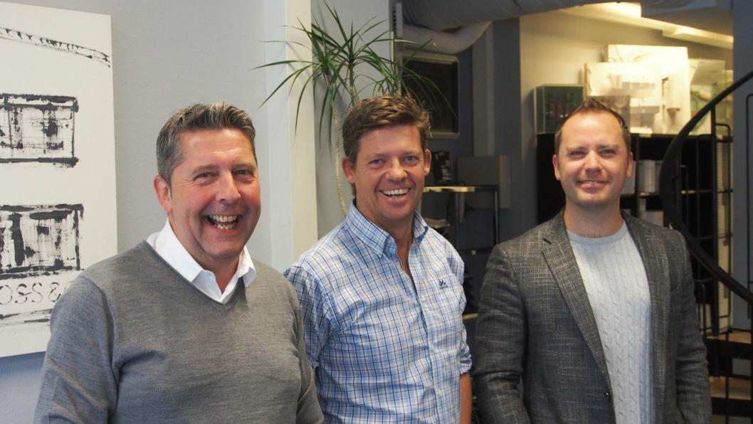 KOSER SEG PÅ JOBB: Truls Myrbråten (f.v.), Geir Petersen, og Christian Foss hos Foss & Co tror det blir storveis på det lokale boligmarkedet fremover.