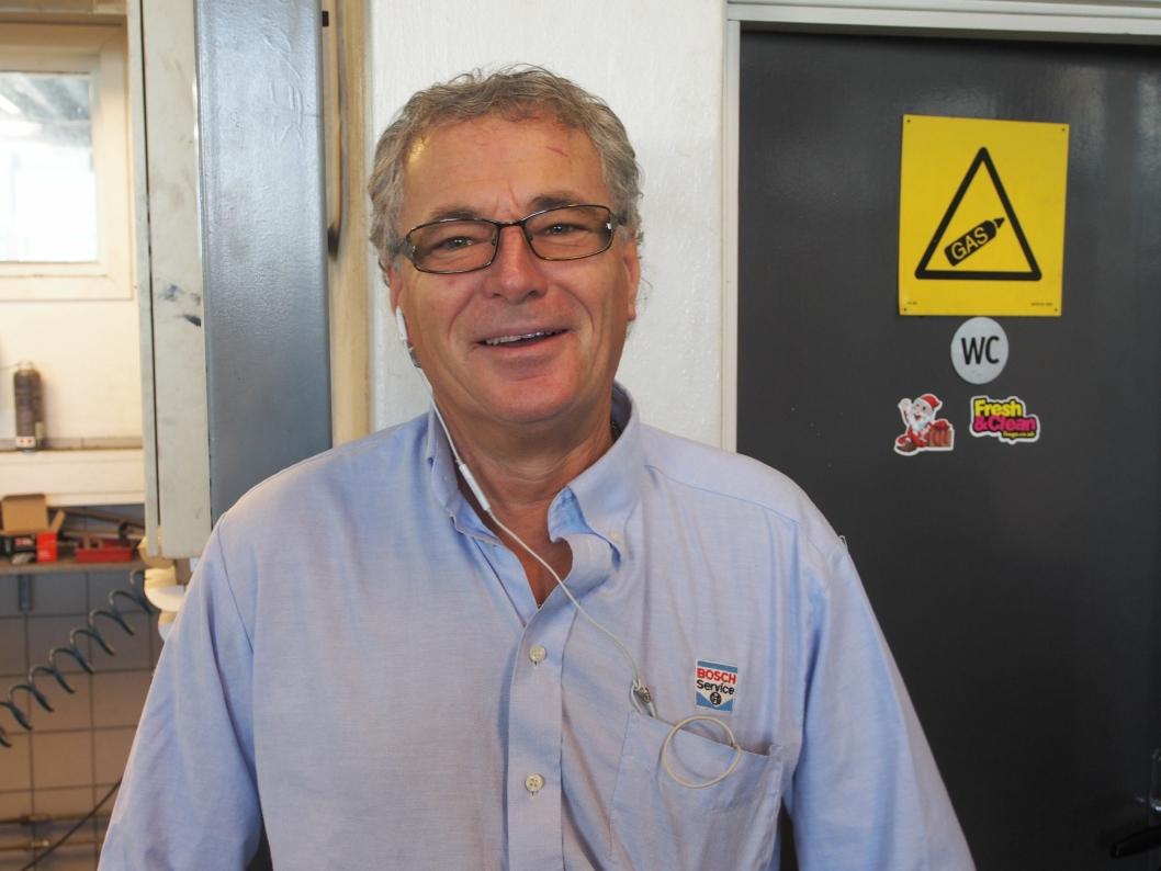 FULL KONTROLL: Verkstedmester Lars Engebretsen er nøye på sikkerheten nå som vinteren er i anmarsj.