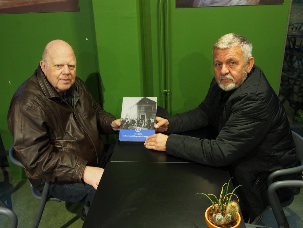HUNDRE ÅRS LOKALHISTORIE: Willy Østberg og Halvor Eikeland er stolte over at Landstormens meritter har kommet i bokform.