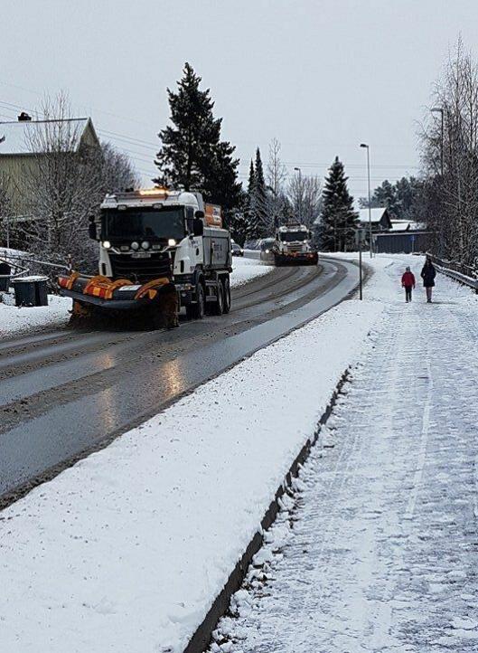 UTE OG KJØRER: Brøytemannskapene er ute på veiene våre for å bedre kjøreforholdene.