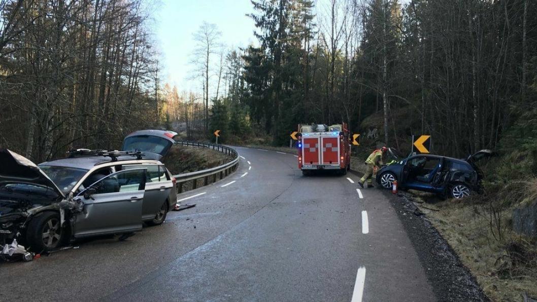 KOLLISJON: Lørdag formiddag kolliderte to biler på Gamle Mossevei, da en av bilene fikk en skrens i en sving. Heldigvis gikk det bra, men en viktig reminder på å ta det med ro på glattføret.